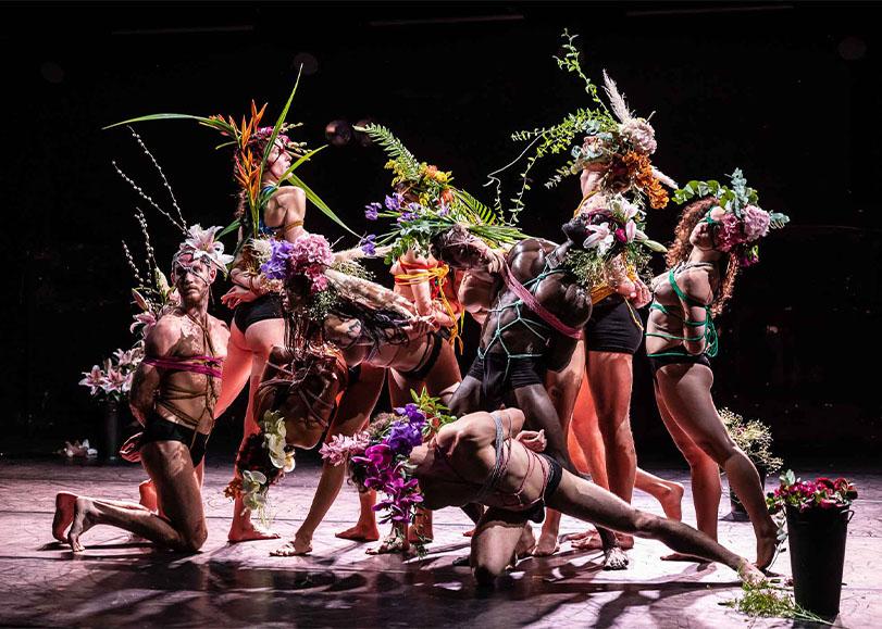 Les danseurs de Nos désirs font désordres, vêtues de cordes de couleurs ainsi que de compositions florales colorées.