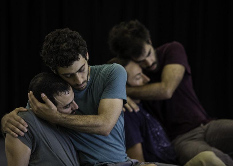 Deux couples de partenaires l'un derrière l'autre,se prenant dans les bras.