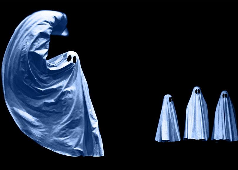 Quatre fantômes du spectacle Pilowgraphies.