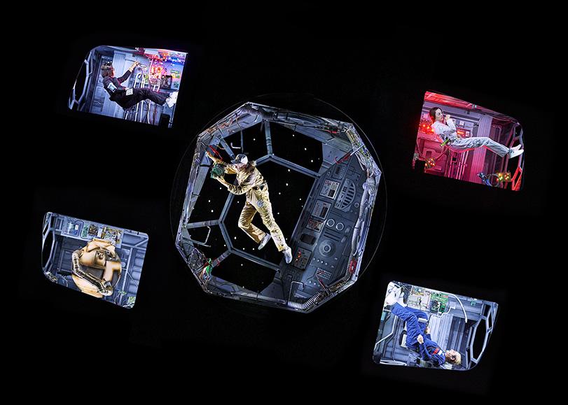 Des astronautes dans leur cabine spatiale, en apesanteur. Mars-2037, une comédie musicale de Pierre Guillois programmée au Moulin du Roc à Niort