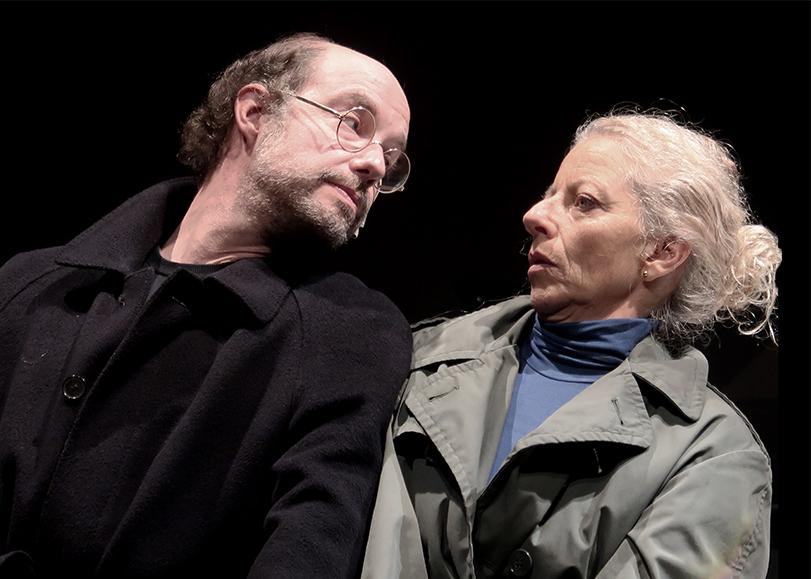 Un homme et une femme en manteau, l'air surpris. W ou le souvenir d'enfance, une pièce de théâtre à découvrir au Moulin du Roc à Niort
