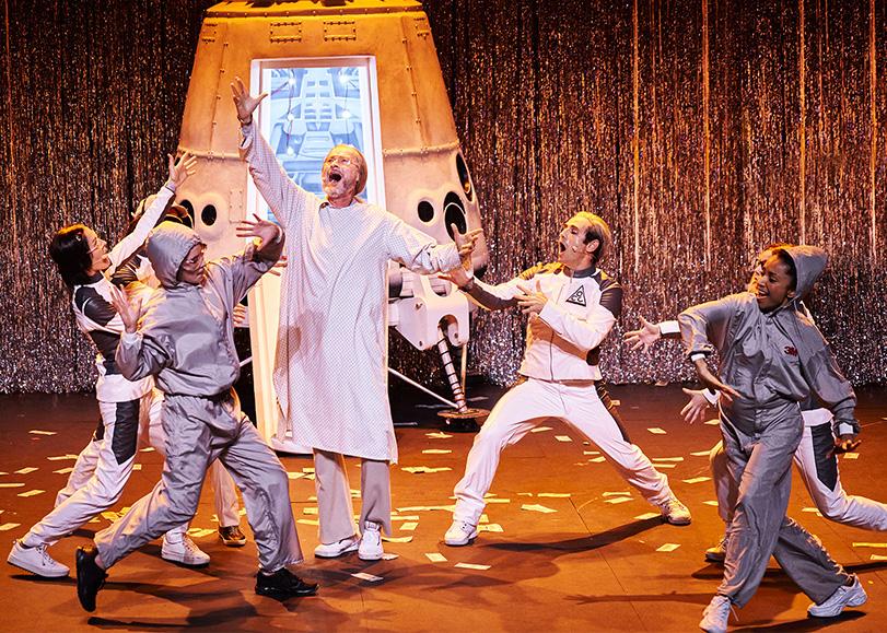 Un homme en robe blanche et des astronautes dansent et chantent. Mars-2037, une comédie musicale de Pierre Guillois programmée au Moulin du Roc à Niort