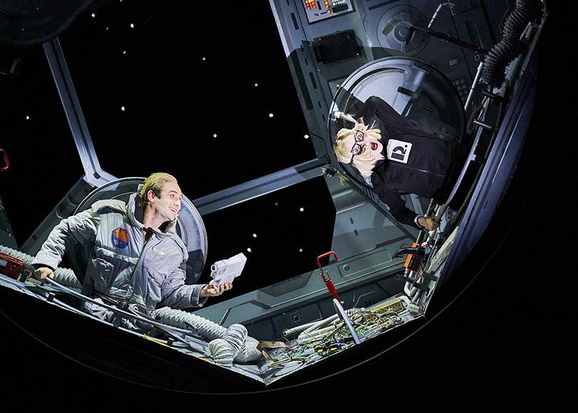 Deux astronautes dans leur cabine spatiale. Mars-2037, une comédie musicale de Pierre Guillois programmée au Moulin du Roc à Niort