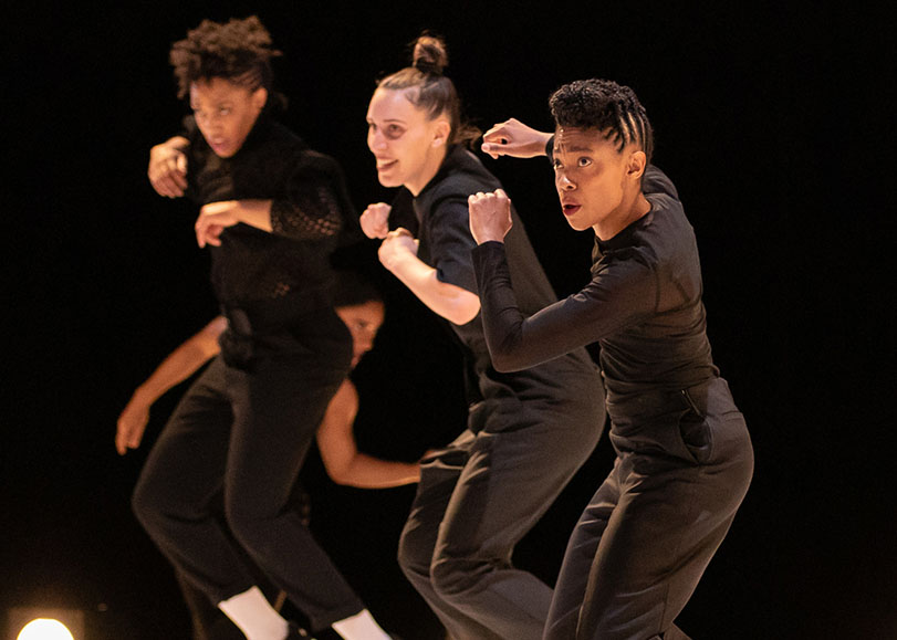 Trois danseuses vétues de noir, dans le Hip-Hop.
