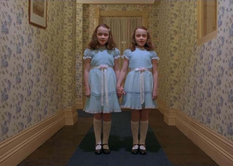 portrait des jumelles de Shining dans un couloir